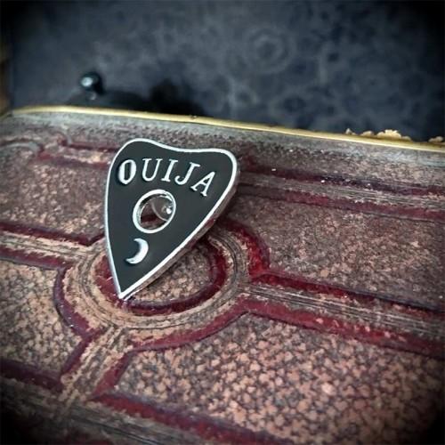 Pin's Ouija noir 26mm