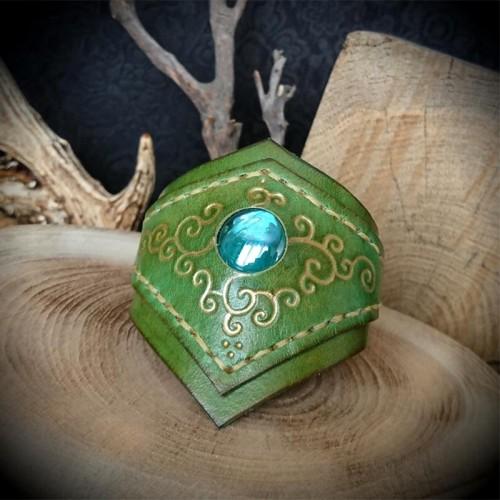 Bracelet cuir artisanal vert motif médiéval doré et cabochon bleu ... 1bbd7d79d8b