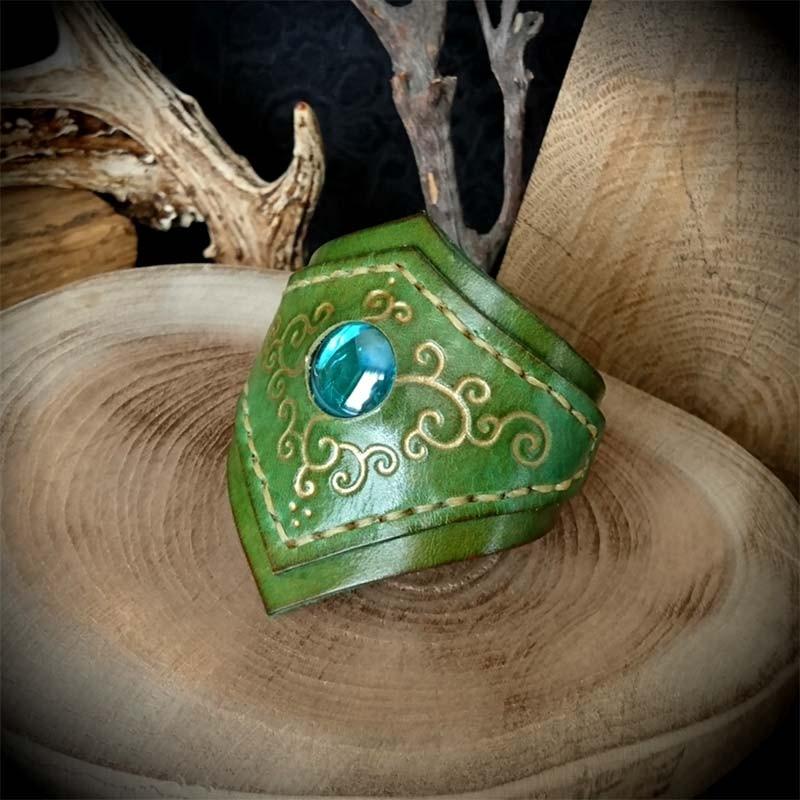 Bracelet médiéval (inspiration elfique) en cuir nuances de vert de conception  artisanale, création originale de l Atelier de Maître Hobbit, entièrement  fait ... 0edfb32e9b7