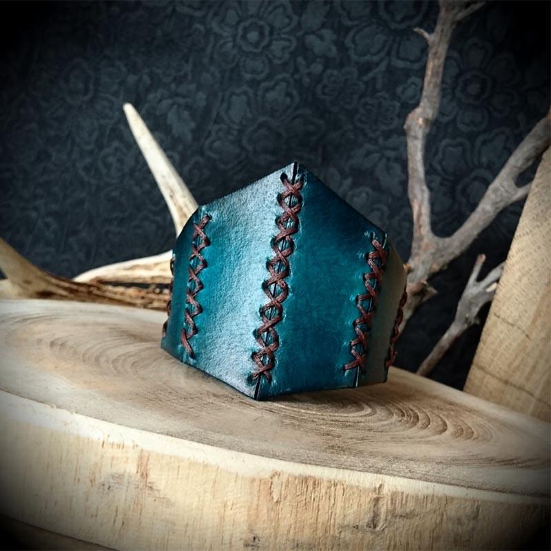 Bracelet corset en cuir nuances de bleus de conception artisanale, création  originale de l Atelier de Maître Hobbit, entièrement fait main. 16f23a5783f