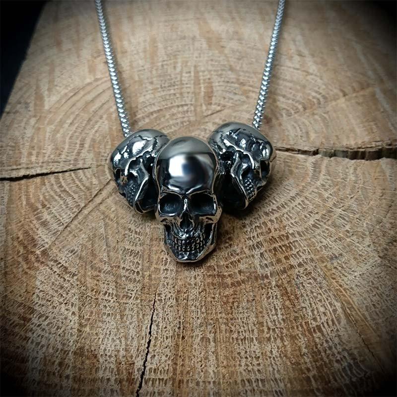 428375c551b Collier constitué de trois pendentifs têtes de mort finement détaillées en  acier couleur argent vieilli   1 crâne 25mm de long