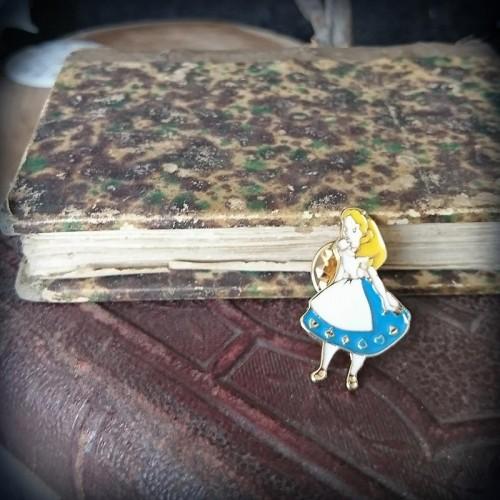 Pin's Alice au Pays des...