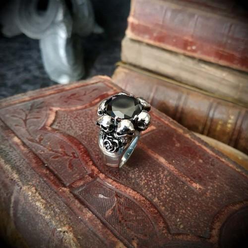 Bague gothique 6 crânes et...