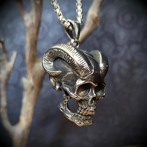 Collier pendentif crâne aux...